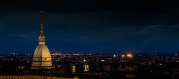 Turyn Italy pejzaż miejski przy nocą z gramocząsteczką Antonelliana zdjęcia stock