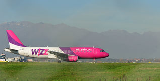 TURYN - Listopad 07, 2015 - HA-LWQ samolot na pasie startowym a Zdjęcie Royalty Free