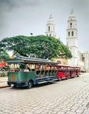 Turystów pociągi i Niepokalanego poczęcia katedra zdjęcia royalty free