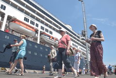 475 turystów Polega na porcie Tanjung Emas w Semarang dostać z statku wycieczkowego Volendam Holenderskiego początku Obrazy Royalty Free