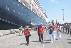 475 turystów Polega na porcie Tanjung Emas w Semarang dostać z statku wycieczkowego Volendam Holenderskiego początku Zdjęcie Royalty Free
