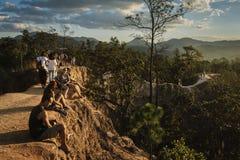 Turystów siedzący puszek cieszy się widok przy Pai jarem obraz stock