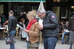 Turystów spojrzenia w mapie na Kwietniu 27, 20 Zdjęcie Stock