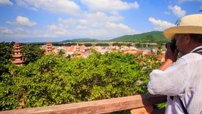 Turystów stojaki przy barierą pagodą Biorą fotografie monaster zbiory wideo