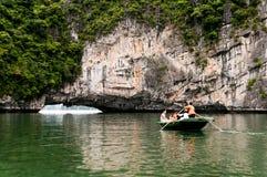 Turystów wodniactwo w brzęczeniach Tęsk zatoka, Wietnam, z deszczem w przedpolu i mgłą w odległości zdjęcia royalty free