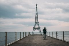 Turystów wp8lywy strzał mała kopia sławna wieża eifla na końcówce molo w Yalta, Crimea zdjęcia royalty free