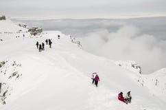 Turysta above chmury zima czas Fotografia Stock