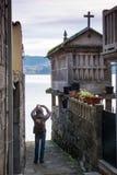 Turysta bierze fotografię w miasteczku Combarro zdjęcie royalty free