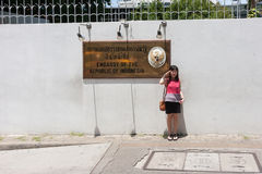 Turysta bierze fotografię z ambasada znakiem Obraz Royalty Free
