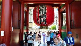 Turysta bierze fotografie i selfies przy dużym czerwonym lampionem Sensoji Asakusa Kannon świątynia w Tokio, Japonia zbiory wideo
