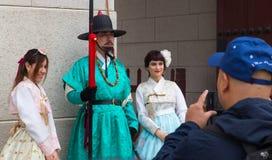 Turysta bierze fotografie z królewskim strażnikiem w Gyeongbokgung pałac obraz royalty free