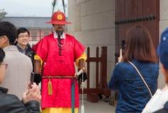 Turysta bierze fotografie z królewskim strażnikiem w Gyeongbokgung pałac fotografia royalty free
