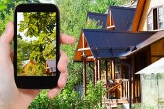 Turysta bierze obrazek jard wioska dom Fotografia Stock