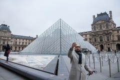 Turysta bierze selfie portret przed louvre ostrosłupem Louvre ostrosłup Pyramide Du Louvre jest jeden główny przyciąganie obraz royalty free