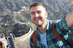 Turysta bierze selfie w wielkim wielkim murze Chiny obrazy stock