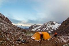 Turysta blisko namiotu w górach Tien shan, Kazachstan Fotografia Royalty Free