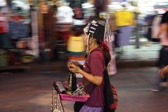 Turysta chodzi przez Kao San drogi na Listopadzie 2006 Obrazy Royalty Free
