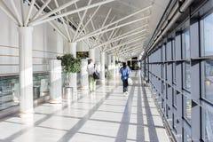 Turysta chodzi różna brama obok podąża bramy etykietkę w zdjęcie stock