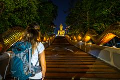 Turysta chodzi w górę smoka schody w kierunku giganta Buddha Statu fotografia royalty free