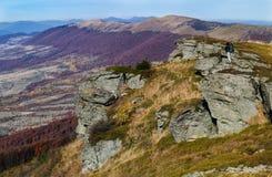 Turysta chodzi w jesieni góry krajobrazie obraz stock