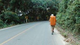 Turysta chodzi wzdłuż drogi zbiory
