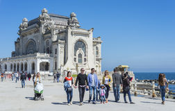 Turysta cieszy się widok Kasynowy pałac w Constanta Obraz Royalty Free
