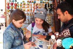 Turysta dziewczyn bue pamiątki na egipskim orientalnym rynku Obraz Royalty Free