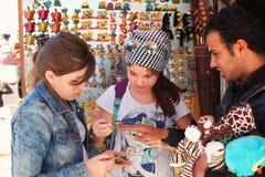 Turysta dziewczyn walkoweru pamiątki na egipskim orientalnym rynku Zdjęcie Stock