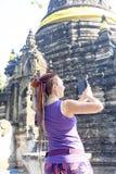 Turysta fotografuje świątynię w Tajlandia, Chiang Maj obrazy stock