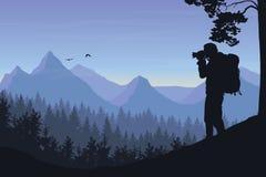Turysta fotografuje latającego ptaka w krajobrazu halnych wi ilustracja wektor