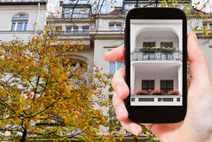 Turysta fotografuje miastowego domowego Berlin w jesieni Obrazy Stock