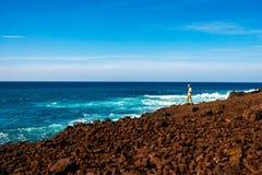 Turysta fotografuje powulkanicznego wybrzeże na Lanzarote wyspie w Hiszpania Zdjęcia Royalty Free
