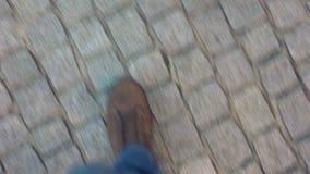 Turysta gubjący w niewiadomym mieście szuka kierunek, pieszy POV na bruku zbiory