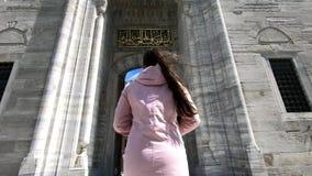 Turysta iść wolno majestatyczny wejście meczet, wysoko, kolumny, architektoniczny piękno i kopuła zbiory