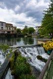 Turysta i wakacje miejsce przeznaczenia, ma?y Provencal grodzki los angeles z zieleni wod? Sotgue rzeka zdjęcie stock