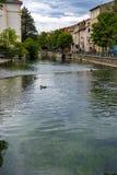 Turysta i wakacje miejsce przeznaczenia, ma?y Provencal grodzki los angeles z zieleni wod? Sotgue rzeka obraz royalty free