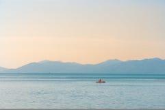 Turysta kayaking przy Ko Samui wyspą, Tajlandia Obrazy Royalty Free