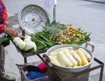 Turysta kupuje gotowanej kukurudzy przy miejscowego rynkiem Zdjęcie Royalty Free