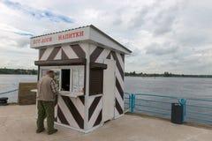 Turysta kupuje jedzenie w małym sklepie na molu Obraz Royalty Free
