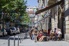 Turysta na kawiarnia tarasie na ulicie dekorował z flaga dla popularnego świętego festiwalu fotografia royalty free