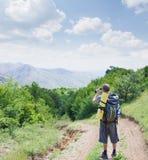 Turysta na lasowej drodze bierze zdjęcie Obrazy Royalty Free