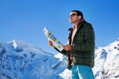 Turysta na tle śnieżne góry Fotografia Royalty Free