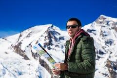 Turysta na tle śnieżne góry Fotografia Stock