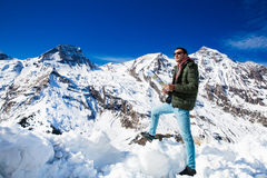 Turysta na tle śnieżne góry Zdjęcia Stock