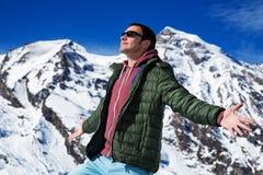 Turysta na tle śnieżne góry Zdjęcie Stock