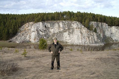 Turysta na tle skały Rezh rzeka Zdjęcie Stock