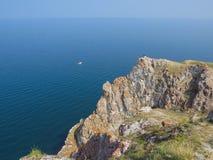 Turysta na wierzchołku faleza Olkhon wyspa Widok Jeziorny Baikal obraz royalty free