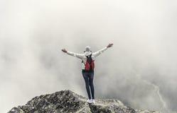 Turysta na wierzchołku halny szczyt Wolność - pojęcie Zdjęcia Royalty Free