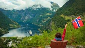 Turysta nad Geiranger fjord trzyma norweg flagę zdjęcie royalty free
