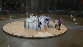 Turysta odwiedzał fontannę bogactwo, ja jest sławnym miejscem w Suntec mieście, Singapur zbiory